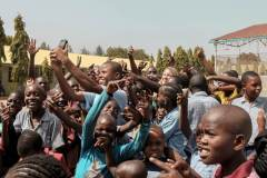 Fotoserie Kenia Gruppenfoto mit SSS Kids